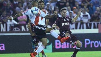 Jonatan Maidana, Leonardo Ponzio y Lautaro Acosta en una acción de juego del partido jugado anoche en cancha de Lanús.