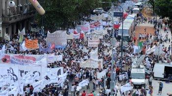 avanza la multitudinaria marcha federal docente