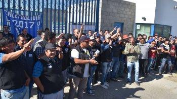 Alrededor de 300 trabajadores petroleros convencionales protestaron ayer en el acceso a la playa de tanques de Termap.