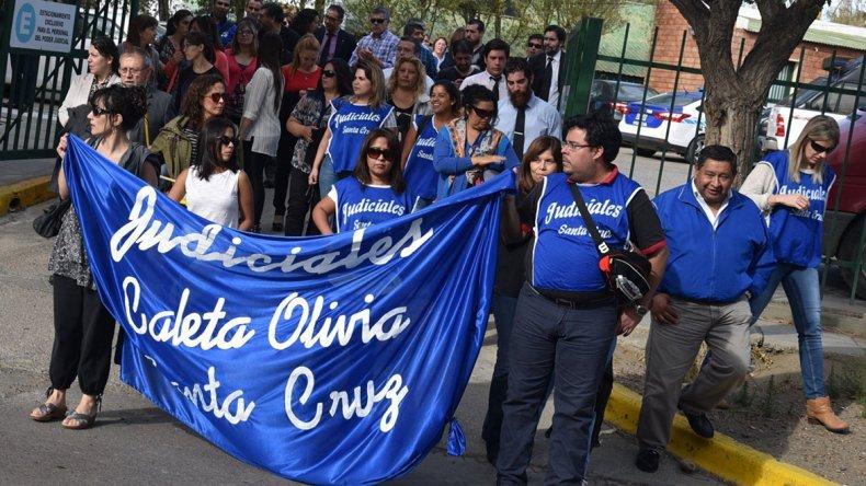 Más de la mitad de empleados administrativos y profesionales de la Justicia que se desempeñan en Caleta Olivia se manifestaron ayer frente a edificios de ese ámbito y calles céntricas.