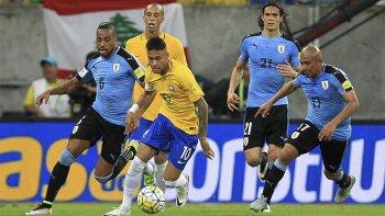 Neymar, la carta de gol en Brasil, será clave en el partido frente a Uruguay.