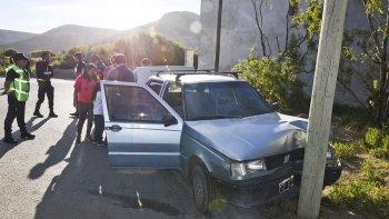 El Fiat Duna chocó contra el poste del alumbrado público de frente. Se presume que la causa fue una mala maniobra de la automovilista principiante.