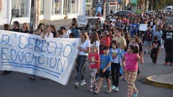 Centenares de padres, madres y alumnos marcharon por las calles céntricas de Caleta Olivia, reclamando por la normalización de clases en escuelas públicas.