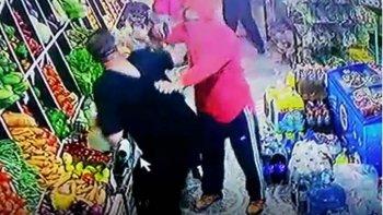 Las cámaras de video de la verdulería Punata registraron el momento en que uno de los pistoleros amenaza al propietario.