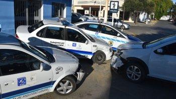 Tres patrulleros que se hallaban estacionados frente a la Seccional Tercera fueron dañados al ser chocados por un vehículo particular cuyo conductor argumentó haberse quedado dormido.