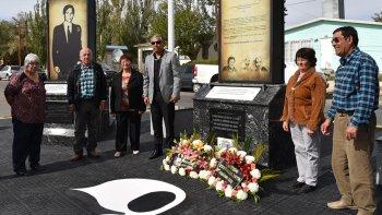 El comisionado Soloaga, junto a familiares de Reinaldo Rampoldi y el ex dirigente del gremio de trabajadores de Gas del Estado, Juan Rivarola, colocaron ofrendas florales.