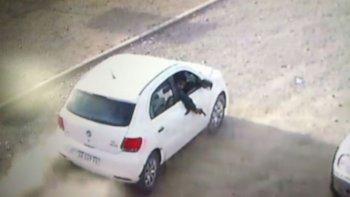 El momento en el que el acompañante saca su torso por la ventana del Gol Trend y dispara contra el Fiat.