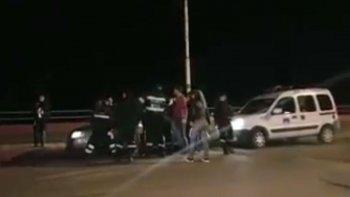 inspectores se pelearon con un grupo de jovenes durante un control