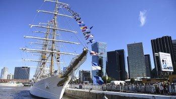 La fragata Libertad parte del puerto de Buenos en su viaje de instrucción 46.