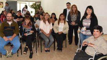 Autoridades municipales y capacitadores compartieron ayer con vecinos y directivos del CIC el acto de apertura de una nueva sede para el dictado de talleres productivos.