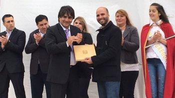 En el acto alusivo al 95° aniversario de Gobernador Gregores el ministro Fernando Basanta recibió un presente recordatorio de manos del intendente Juan Vázquez.