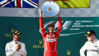 Sebastian Vettel festeja su triunfo en el podio acompañado por Lewis Hamilton -izq- y Valtteri Bottas.