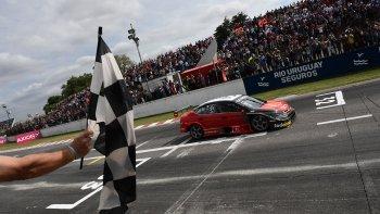 El rionegrino José Manuel Urcera cruza la bandera a cuadros ayer en el autódromo Oscar y Juan Gálvez de Buenos Aires.