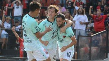 Facundo Pereyra celebra su gol con Cristian Bernardi y Nicolás Leguizamón ayer en la cancha de Colón.