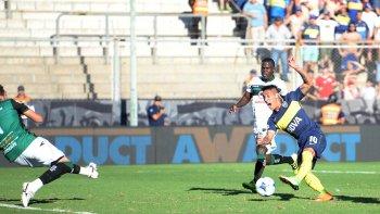Ricardo Centurión en la acción del segundo gol de Boca ayer en San Juan.