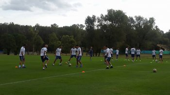 La selección argentina de fútbol trabajando ayer en Ezeiza de cara al difícil duelo con Bolivia.