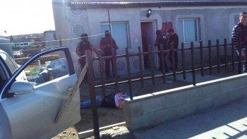 A Jorge Aramayo lo atraparon en la vía pública. Luego la policía allanó su casa ubicada en el barrio Rotary 23. Lo buscaban por el asalto a una de las verdulerías y por balear la casa de una mujer.