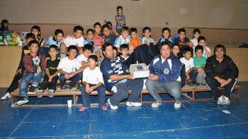 El orgullo de los chicos al formar parte de la escuela de fútbol de Ferro.
