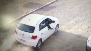 Esta es una de las imágenes que registró el momento en el que el tirador saca el arma por la ventana del acompañante y dispara.