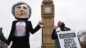 Reino Unido activó el Brexit en medio de protestas.