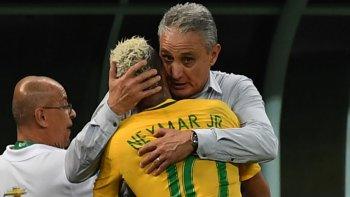 Tite abraza a Neymar Jr, el abanderado de Brasil, que ya está en Rusia 2018.