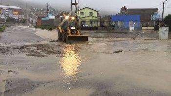 piden no salir de las casas porque la corriente de agua lleva los vehiculos