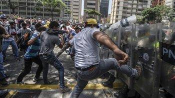 muertos  y mas de 170 detenidos en otra jornada violenta