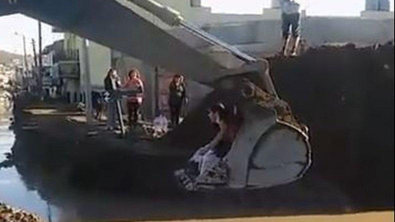 Se trasladan arriba de una máquina para llegar con agua
