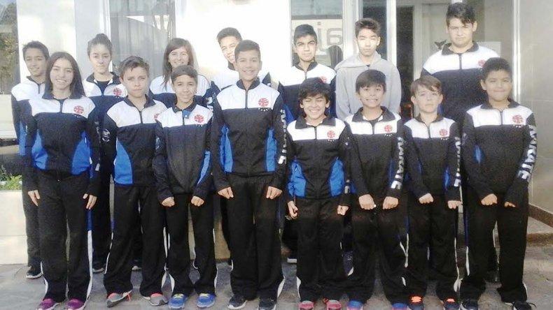 La delegación de los quince karatecas que participaron en la Copa Atlántico que se desarrolló en Mar del Plata.