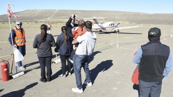 La posibilidad de volar, ayer varias familias se acercaron al Aeroclub local para los vuelos de bautismo.