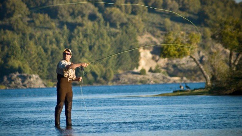 Hasta fines de octubre en el Parque Nacional Laguna Blanca se desarrolla la temporada de pesca recreativa.
