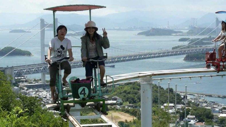 La extraña montaña rusa está ubicada en Japón.