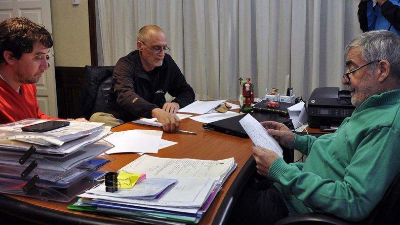 El gobernador se reunió ayer con los ministros Castán y Gilardino para evaluar la situación de los edificios escolares de Comodoro Rivadavia.