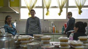 La Vecinal del Isidro Quiroga cocinó para damnificados de ese barrio y los barrios cercanos en el gimnasio de la Escuela 211.
