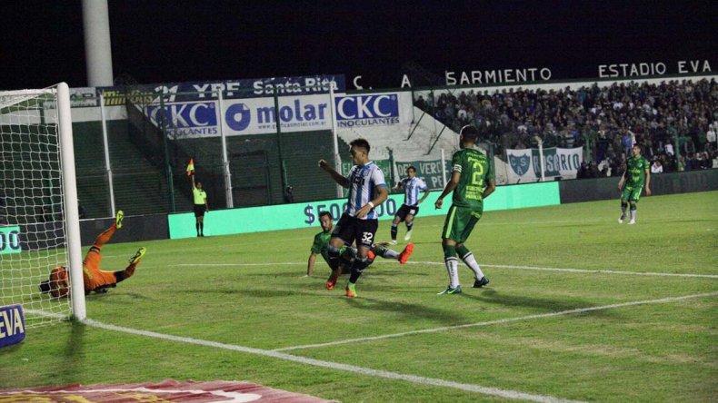 Lautaro Martínez remata y contiene el arquero Julio Chiarini en el partido jugado anoche en Junín.