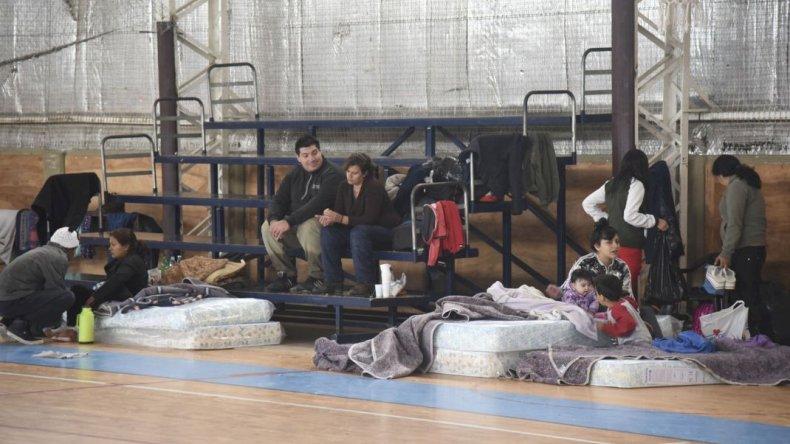 Llegó a Comodoro por vacaciones y terminó ayudando en centro de evacuados