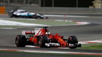 La Ferrari de Sebastian Vettel que se encamina a la victoria en el autódromo Bahréin.