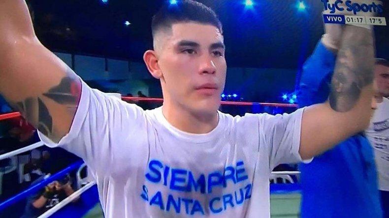 Adrián Verón celebra su triunfo logrado la noche del sábado en la Federación Argentina de Box.