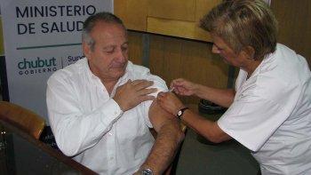 El ministro de Salud de Chubut Ignacio Hernández, se aplicó la vacuna contra la gripe y convocó a todos las personas que integran los grupos priorizados a hacer lo propio.