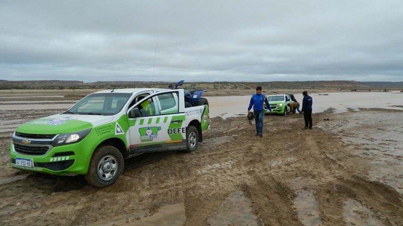 El personal de Defensa Civil asistió a los pobladores de El Mirador que sufrieron las consecuencias del temporal en las últimas semanas.
