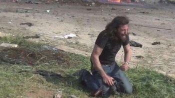 la imagen de un fotografo conmovido por el horror en siria