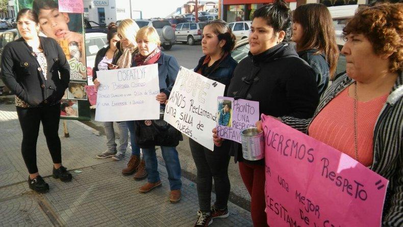 Familiares de personas con discapacidad reclamaron en la Secretaría de Salud