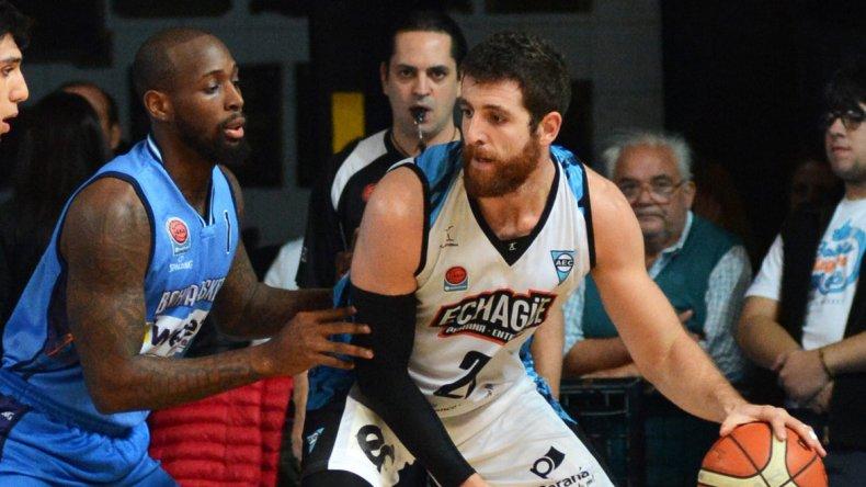 Sebastián Uranga con el balón marcado por Jerel Blocker en el partido que Bahía Basket le ganó a Echagüe 88-63 en el Osvaldo Casanova.