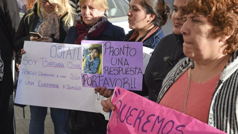 Un grupo de madres de hijos con discapacidades ayer por la mañana reclamaron que las obras sociales y el Estado cumplan con la cobertura asistencial.