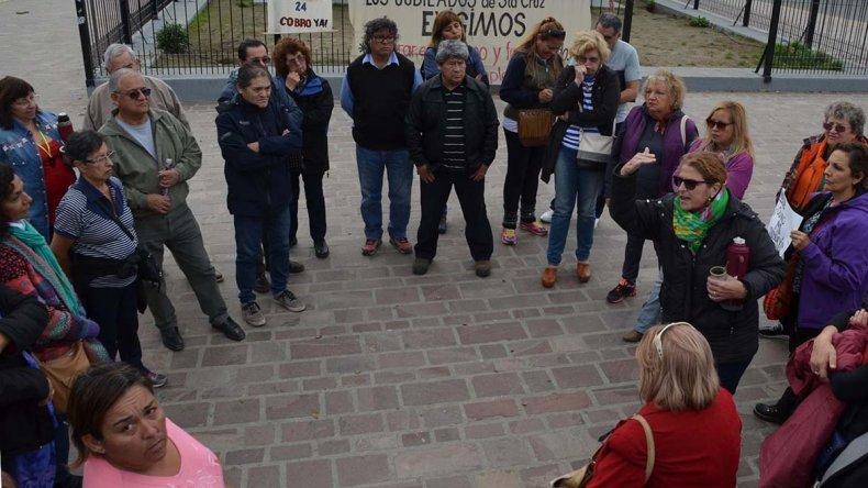 Un grupo de jubilados estatales volvió a protestar ayer en la plazoleta del Gorosito debido a que desde hace varios meses vienen percibiendo sus haberes con demoras.