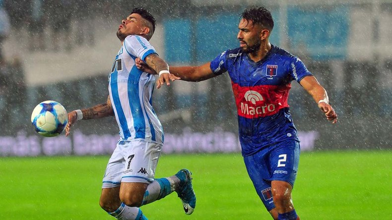 Gustavo Bou disputa el balón en el partido que Racing y Tigre empataban 1-1 hasta que el partido se suspendió a los 23 minutos por lluvia.