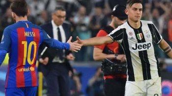 Lionel Messi y Paulo Dybala se saludan en el partido de ida que la Juve le ganó 3-0 al Barcelona.