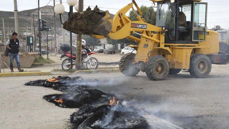Los vecinos del San Cayetano esperan que hoy vuelvan las máquinas al barrio para seguir quitando lodo en el sector