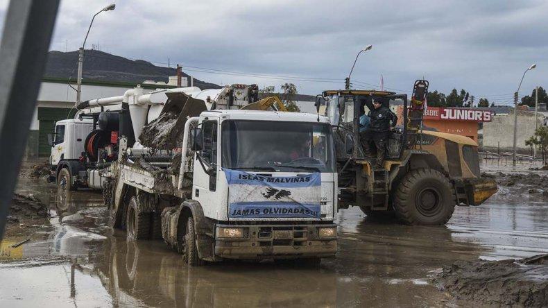 Alrededor de 4 millones de pesos diarios cuestan las tareas de retirar el barro de las calles.
