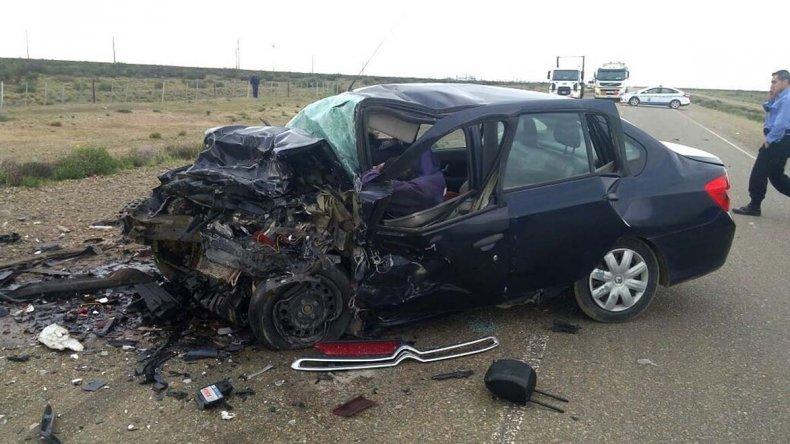 El Renault Symbol en que viajaban tres de las víctimas fatales quedó cruzado sobre la cinta asfáltica
